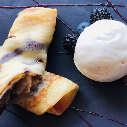Dessert im eCHo Restaurant Zürich: Crêpes mit Rhabarber-Erdbeer Kompott und Vanilleglace